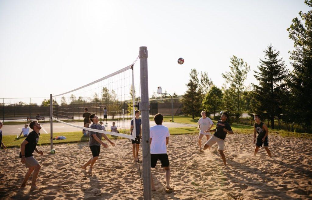 Testmozgás strandon röplabdával